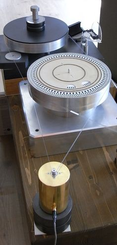 Graphite Turntable with Flywheel in magnetic suspension Handmade by Atelier du Triode