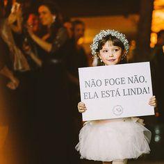 Princesinha com sorriso tímido... ♥️Muito fofa essa daminha, avisando que a noiva está linda! O casamento completo no blog: www.lapisdenoiva.com {foto: @oldlovebr} #amolapisdenoiva #casamento #daminha #weddingday