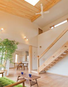 桧の大黒柱と天井パネル。造作の階段。 無
