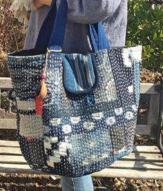 刺し子トートバッグ自作 Patchworked fabric bag with Sashiko stitching. Sashiko Embroidery, Japanese Embroidery, Embroidery Stitches, Embroidery Patterns, Patchwork Bags, Quilted Bag, Bag Quilt, Boro Stitching, White Tote Bag