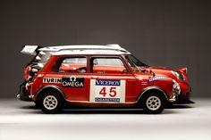Mini ancienne sur fond de nouvelle Mini. O primeiro Mini diante o novo. Old Mini in front of New Mini
