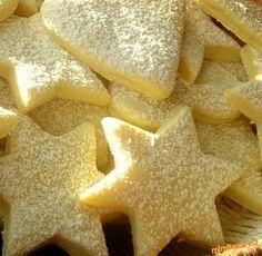 CITRONOVÉ HVĚZDIČKY - Na 50 kousků: Máslo 120 g, Hladká mouka 400 g, Cukr moučka 200 g, Zakysaná smetana 100 ml,Vejce 1 ks, Sůl 1 špetka, Prášek do pečiva 1 lžička, Jedlá soda na špičku lžičky, Citronová kůra 2 lžičky, Citrónová šťáva z jednoho citronu Xmas Food, Christmas Sweets, Christmas Baking, Czech Desserts, Czech Recipes, Xmas Cookies, Baking Cupcakes, Sweet Recipes, Cookie Recipes