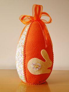 O que seria de uma Páscoa sem os ovos decorados ? Sim todos queremos ! Este conjunto de 3 ovos são de tamanho real de ovos de chocolate e são lindos para decorar sua casa , loja ou escritório ... em tampos de móveis , prateleiras e nichos ficarão perfeitos . São confeccionados em feltro li...