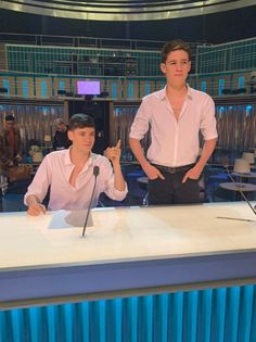 X Factors Max and Harvey beg Simon Cowell not to boot them off the show after they mock him in prank Funny Weekend Quotes, Funny Friday Memes, Friday Humor, Funny Puns, Funny Humor, Funny Quotes, Max And Harvey, Cute Teen Guys, Louis Walsh