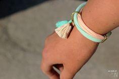 Hazte pulseras con los restos de trapillo que tienes. No necesitas saber crochet, es muy fácil. Además podrás añadirle los abalorios que más te guste.