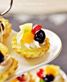 Kruche babeczki z bitą śmietaną i owocami - Mała Cukierenka Candy Table, Food Cakes, Waffles, Cake Recipes, Food And Drink, Cooking Recipes, Pudding, Sweets, Drinks