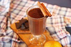 Ev Yapımı Sıcak Çikolata 80 gr. Bitter çikolata 250 ml süt 100 ml krema 1 portakalın kabuğu 3-4 adet Karanfil 1 adet çubuk tarçın Ev Yapımı Sıcak Çikolata Nasıl Yapılır?   Ev Yapımı Sıcak Çikolata Tarifi için;  Süt, krema, portakal kabuğu rendesi, tarçın ve karanfili ısıtın. Kaynamaya yakın ateşten alıp çikolatayı ilave edin ve eritin. Gerekirse süt ilave ederek kıvamı ayarlayın. Sıcak olarak servis edin. Servis ederken tarçın çubukları ile süsleyebilirsiniz.  Diğer en lezzetli içecek…