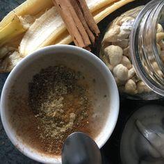 1 Banane - 2cc Yog soja nature - 2cc huile coco 5-6 noix de cajoux - eau >> mix! + 2cc graines de chia - 1cc jus citron - cannelle et gingembre en poudre Bowl, Pudding, Tableware, Nature, Desserts, Banana Cream, Chia Seeds, Creative Food, Cinnamon