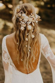 Relaxed outdoor wedding mood with inspiration from the + dried flowers - green wedding shoes - dried flowers boho fris . Wedding Hair Flowers, Wedding Hair And Makeup, Flowers In Hair, Blush Flowers, Hair Wedding, Boho Flowers, Boho Wedding Hair Half Up, Wedding Veils, Bouquet Wedding