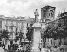 Plaza de Bib-Rambla, con el monumento a Fray Luis de Granada, década de 1930. La estatua se trasladó a su emplazamiento actual en 1940.