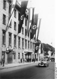 """Anbau der Reichskanzlei aus den 1920er Jahren mit 1935 von Albert Speer angefuegtem """"Fuehrer Balkon"""" 1938"""