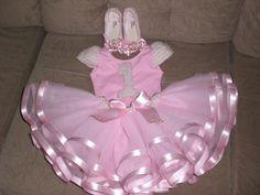 Roupa de bailarina bordada a mão e muito luxo. Ballerina Birthday, Little Ballerina, Baby Birthday, Tutu Outfits, Girl Outfits, Hello Kitty Themes, Little Girl Dresses, Flower Girl Dresses, Tutu Tutorial