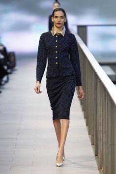 Conjunto azul marino de estilo militar y con botones dorados en el 080 Barcelona Fashion #trend #fashion #catwalk #Barcelona #Naulover #fall #winter #2015