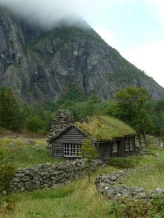 Grass-covered hut in Eidfjord / Norway (by Agios Fonasontas). Grass-covered hut in Eidfjord / Norway (by Agios Fonasontas). Future House, My House, Beautiful World, Beautiful Places, Beautiful Pictures, Cabin In The Woods, Cabins And Cottages, Cabin Homes, Abandoned Places