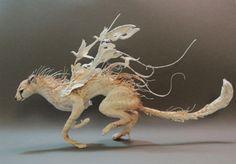 どことなく日本のアニメっぽい。 カナダ生まれのEllen Jewettさんが手掛けるスカルプチャーアートは、哺乳類や鳥、木などが融合した、メルヘンともシュールとも言える独特の世界観を持っています。 角が枝だったり、体毛が草木だったり、そこに鳥が居たり羽ばたいてたり。 躍動感あふれるそのフォルムに植物が見事にマッチしてい...