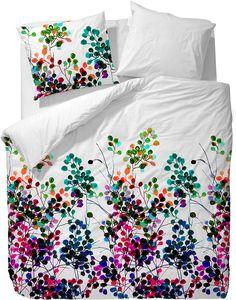 Moderne Bettwäsche »Dott« der Marke ESSENZA. Diese florale Wendebettwäsche besticht durch die modern interpretierten Blüten in kräftigen Farben auf einem schlichten weißen Hintergrund. Wer es also generell lieber etwas dezenter mag, kann mit dieser Bettwäsche mal etwas mutiger werden. Der zarte Glanz der feinen Mako-Satin Qualität unterstützt die schicke Optik zusätzlich. Der Kissenbezug sowie ...