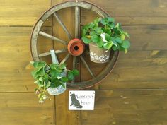 old wheel with strawberries Altes Holzrad mit Erdbeeren