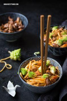 Asiatische Soba Nudeln mit Kimchi, Romanesco und karamellisiertem Honighuhn
