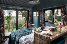 Fotka článku Bath Tub For Two, Wrap Around Deck, Teal Walls, Comfy Sofa, Rainfall Shower, Exposed Wood, Wet Rooms, Cabins In The Woods, One Bedroom