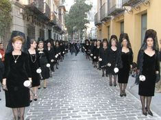 Spanish women wearing combs and mantillas in a traditional Spanish Holy Week procession. Spanish Eyes, Spanish Girls, Spanish Woman, Mantilla Semana Santa, Holy Week In Spain, Spanish Costume, Hispanic Art, Spain Culture, Mens Lion Tattoo