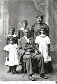 Vintage_African_American Vintage Images of African American Families We Love! Vintage Abbildungen, Vintage Black Glamour, African American History, American Women, Belle Epoque, Vintage Pictures, Vintage Images, Vintage Family Photos, Portraits Victoriens