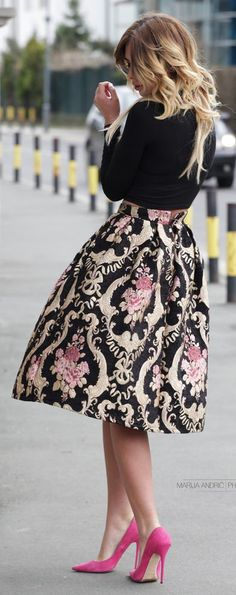 Baroque Embroidery Skirt and Pink Pumps - Chic Outfits Mode Outfits, Skirt Outfits, Chic Outfits, Dress Skirt, Skater Skirt, Fashion Outfits, Look Fashion, Retro Fashion, Womens Fashion