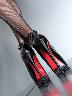 Superbes escarpins SA18 noir brillant bout ouvert plateau de 6cm ,talon aiguille de 17cm et délicate bride à la cheville de chez 1969