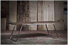 Une table toute en finesse et en légèreté qui donne l'impression de planer ! Le détail qui fait tout, c'est l'asymétrie de la structure acier. Vous l'aviez remarqué ? #table #intérieur #interior #design #bois #acier #asymétrie #insolite #original #industriel #home #fine #élégante #géométrique