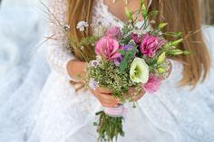 ¿Todavía no elegiste tu ramo de novia? En el último tiempo el gusto por lo natural, lo sencillo y campestre viene pisando fuerte en las tendencias de casamientos. Si te sentís identificada con esta moda, los ramos de flores silvestres te encantarán.