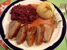 Rezept: Gänsebrust mit Rotkohl und Knödel We are want to say thanks if you like to share this post t Bavarian Recipes, German Recipes, Duck Recipes, Red Cabbage, Winter Food, Meal Planning, Pork, Food And Drink, Beef