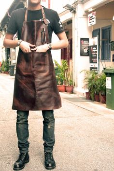 leather butcher's apron China professional factory to provide you with the best appron appron Staff Uniforms, Work Uniforms, Waiter Uniform, Work Fashion, Mens Fashion, Barber Apron, Restaurant Uniforms, Shop Apron, Work Aprons