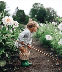 A very stylish gardening assistant! We love this flowery photo from Anna Kubeł … A very stylish gardening assistant! We love this flowery photo from Anna Kubeł 🌸🌿 Little People, Little Ones, Cute Babies, Baby Kids, Fotografia Social, Cottage Garden Design, Garden Deco, Jolie Photo, Kind Mode