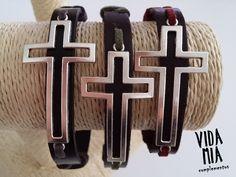 Brazaletes - Pulsera de cuero con cruz - hecho a mano por VIDA-MIA-complementos en DaWanda
