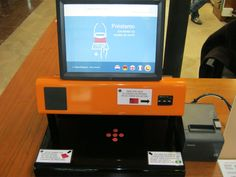 En la biblioteca Biblioteca Central de Cantabria tienen para sus usuarios una máquina de autopréstamo para que vosotros mismos tramitéis el préstamo de los libros o las películas que os llevéis para casa. Es muy sencillo y rápido.