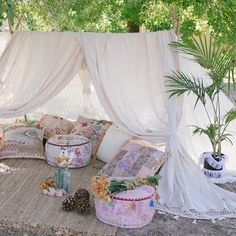 Would Love to spend the day in this charming decor! So peacefull!