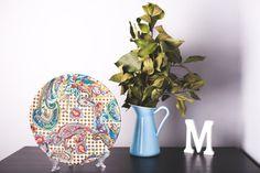 Plato de cerámica decorativo. Motivo cachemir. Hecho a mano
