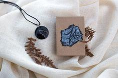 Pieni emalikoru ulvova #susi 18€ Käsin maalattu koru. Susi on maalattu hopealla. http://www.salonsydan.fi/tuote/pieni-emalikoru-ulvova-susi/