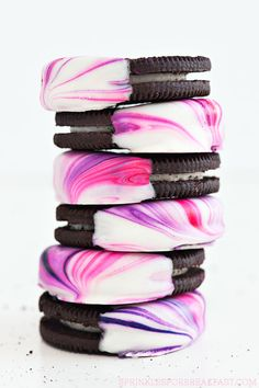 Marbled Oreos, such a cute and fun dessert to make! Our sweet tooth is wanting to try this fun dessert!