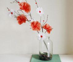 Centro de mesa hecho con flores de papel de seda