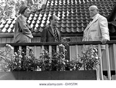 JEAN SIBELIUS (1865-1957) Finnish composer with visitors at his Jarvenpaa home in 1939 Stock Photo