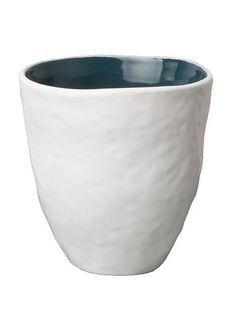 Becher urban nomadvon UNC ist der perfekte Begleiter beim Frühstück   oder Nachmittagskaffee. Die Tassen zeichnen ein minimalistisches Design   aus, das außen weiß und in der Innenseite farbigdesignt wurde. In   unserem Shop erhalten Sie vier unterschiedliche Varianten, dieSie   getrost miteinander mixen können.