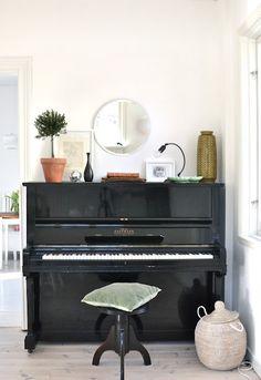 Spegel över piano, krukväxt, lampa...