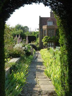Beautiful Oxfordshire house and garden Garden Structures, Garden Paths, Landscape Design, Garden Design, English Country Manor, Ben Pentreath, House Gardens, British Countryside, Courtyards