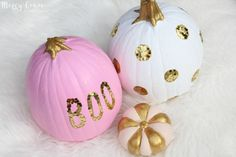 Pink, white and gold pumpkins for a girly halloween decor! Pink Halloween, Halloween Birthday, Halloween Pumpkins, Halloween Crafts, Halloween Decorations, Halloween Images, Fall Decorations, Halloween Ideas, Pink Pumpkin Party