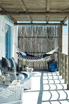 Hanging Chair Garden and Garden Hammock – 60 ideas for how to create the perfect oasis of relaxation - New Deko Sites Summer Porch Decor, Beach House Decor, Home Decor, Rustic Beach Houses, Coastal Living Rooms, Coastal Homes, Coastal Gardens, Coastal Style, Coastal Decor