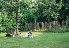 Luxe kastanjehouten hekwerken. 3 draads met 4-6 cm tussenafstand. Ideaal voor omheining van uw erf en afzetten voor weides voor dieren als schapen.