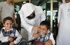Qu'Allah guérisse tous les enfants handicapés... Beaucoup de Doaa pour les enfants handicapés. Ici des enfants à mobilité réduite invités dans la cabine du Muezzin de la Mosquée d'Al Haram à Makkah. Qu'Allah les guérisse, et récompense les parents.... Amine