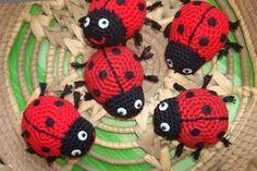 Patrón de mariquita amigurumi This beautiful ladybug amigurumi is easy and quick to knit. Crochet Applique Patterns Free, Amigurumi Patterns, Crochet Motif, Crochet Flowers, Yarn Crafts, Fabric Crafts, Lady Bug, Stuffed Toys Patterns, Crochet Animals