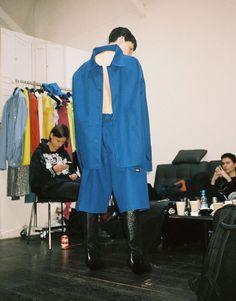 Hemd ist nicht gleich Hemd – und die blauen Strümpfe sind eigentlich Stiefel.