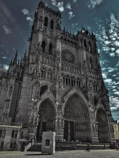 #Amiens Cathedral #France: #Chroma sound & light show evenings &  guided visits every day at 4 pm (Sat 11 am) https://twitter.com/AmiensMetropole/status/898145507893276673